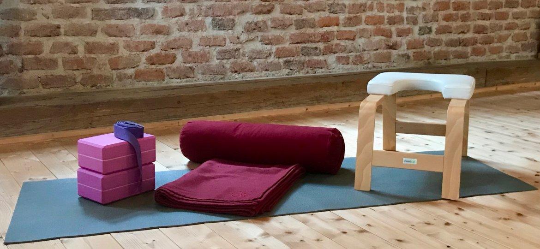 Selest Yoga vous invite à découvrir la pratique du Yoga en utilisant des accessoires.